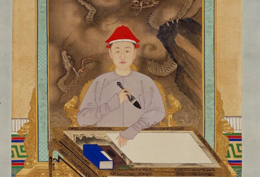 Imperial painter, Emperor Kangxi in his casual outfit at his writing desk (《康熙帝便装写字像》), partial, The Palace Museum. (Internet)
