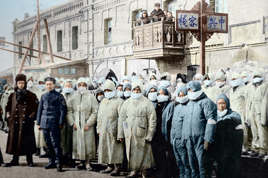 The plague outbreak in late 1910 spread with the use of railways. There were many cases and deaths in northeast China, and the Qing dynasty government pumped in plenty of medical resources. In this photo, medical staff gather in front of an inn. At the time, there were many confirmed and suspected cases, and there was a serious lack of medical spaces, leading to the use of inns as medical facilities.
