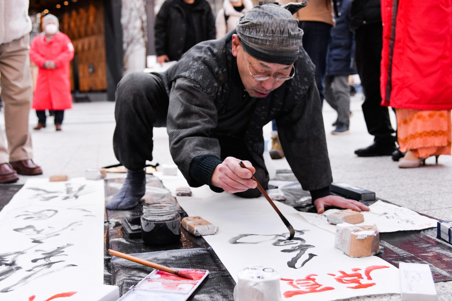 A Japanese calligrapher writes his prayers and blessings (难病退散,万病平愈, roughly, viruses retreat, and illnesses cured) for Wuhan on 9 February 2020, in the streets of Tokyo. (CNS)