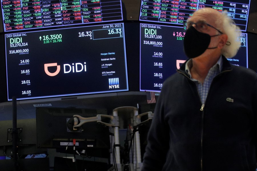 Traders work during the IPO for Chinese ride-hailing companyDidiGlobal Inc on the New York Stock Exchange (NYSE) floor in New York City, US, 30 June 2021. (Brendan McDermid/Reuters)
