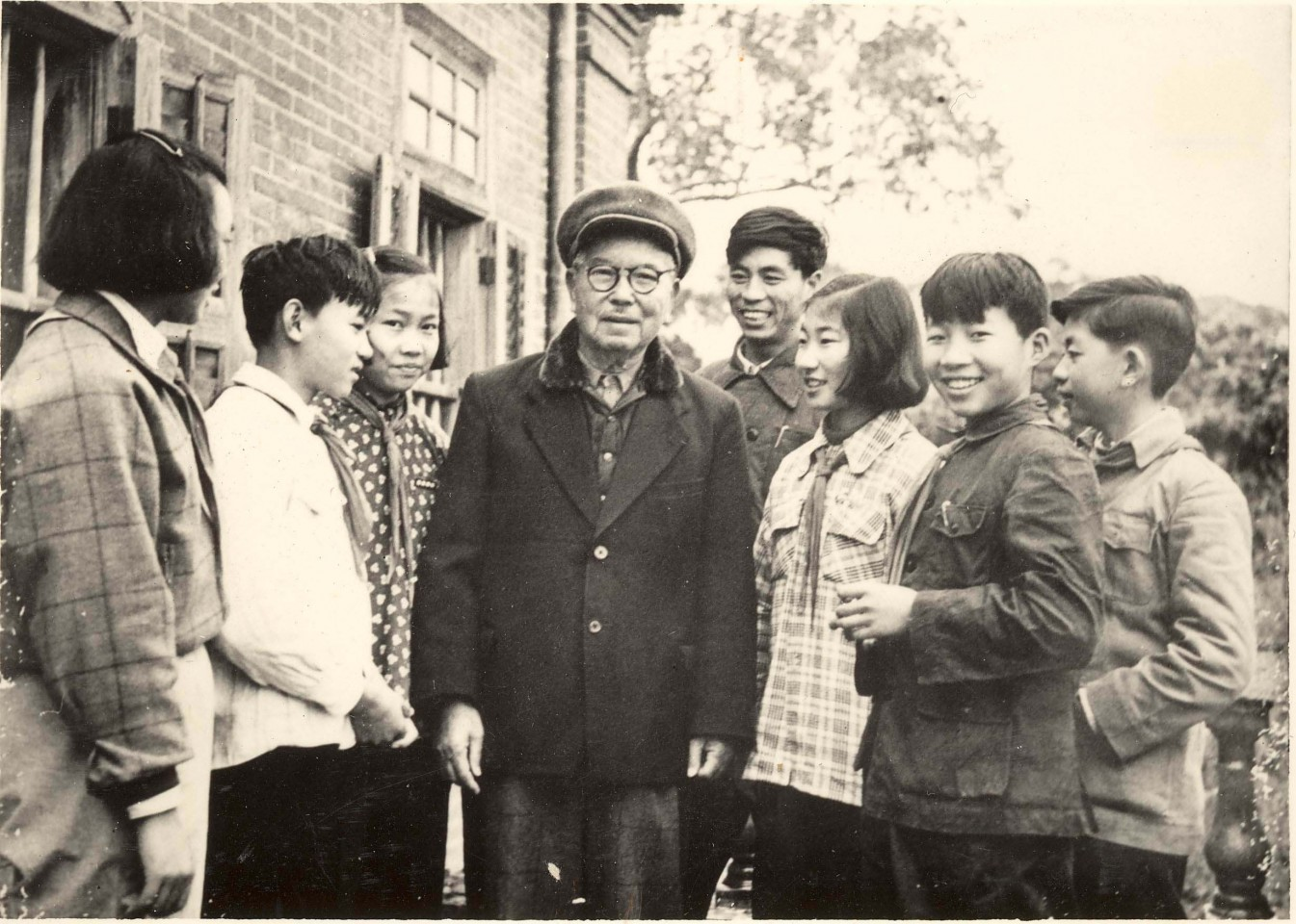 2013 marks the 100th anniversary of the founding of the Jimei School. The photo shows Tan Kah Kee interacting with the students at the school he founded. (The Information Office of Xiamen Municipal People's Government)