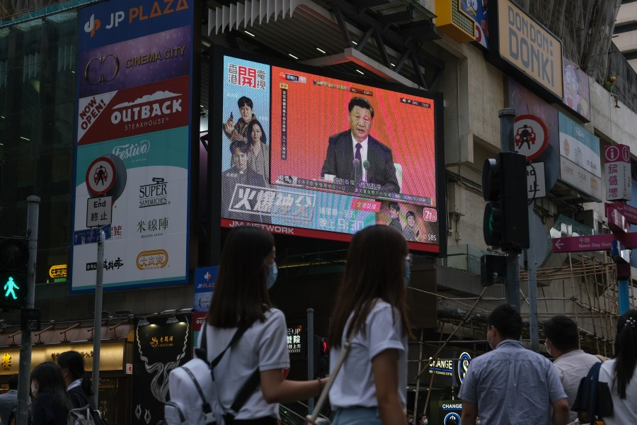 A news report on Chinese President Xi Jinping's speech in the city of Shenzhen is shown on a public screen in Hong Kong, China, on 14 October 2020. (Roy Liu/Bloomberg)