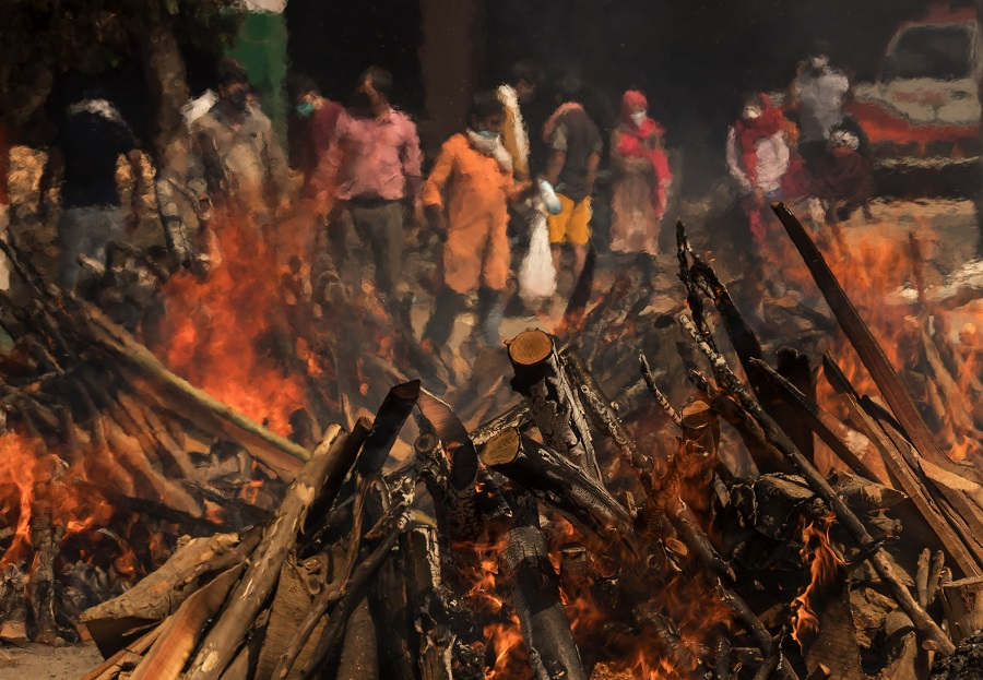 Funeral pyres burn at a crematorium in New Delhi, India 23 April 2021. (Anindito Mukherjee/Bloomberg)