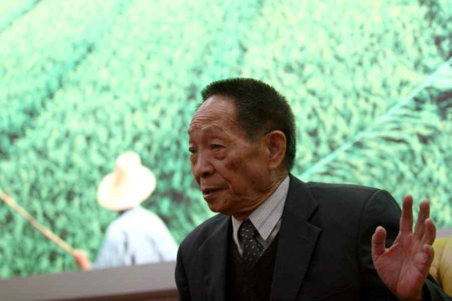 This photo shows Yuan Longping in 2006, at a press event with Chinese media. (CNS)