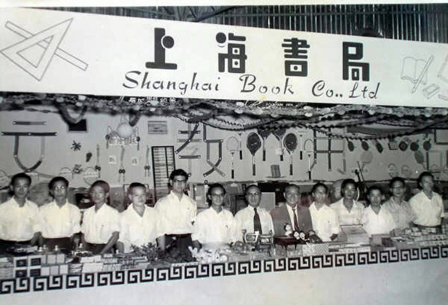 Staff of the Shanghai Book Company at an exhibition in 1965, Singapore. (Photo provided by Zhang Langhui)