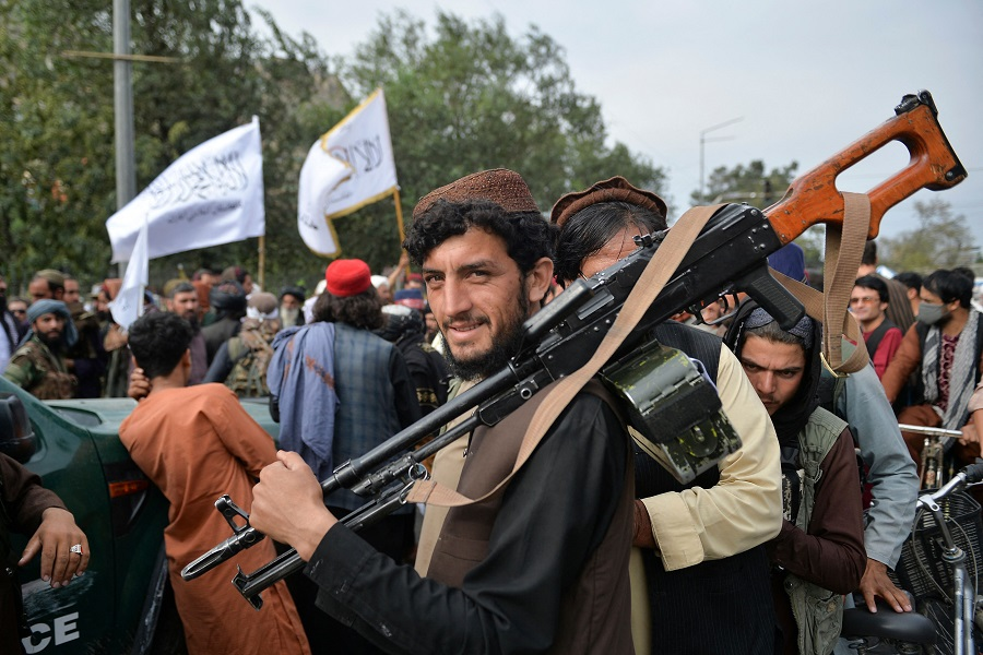 Taliban fighters gather along a street during a rally in Kabul, Afghanistan on 31 August 2021. (Hoshang Hashimi/AFP)
