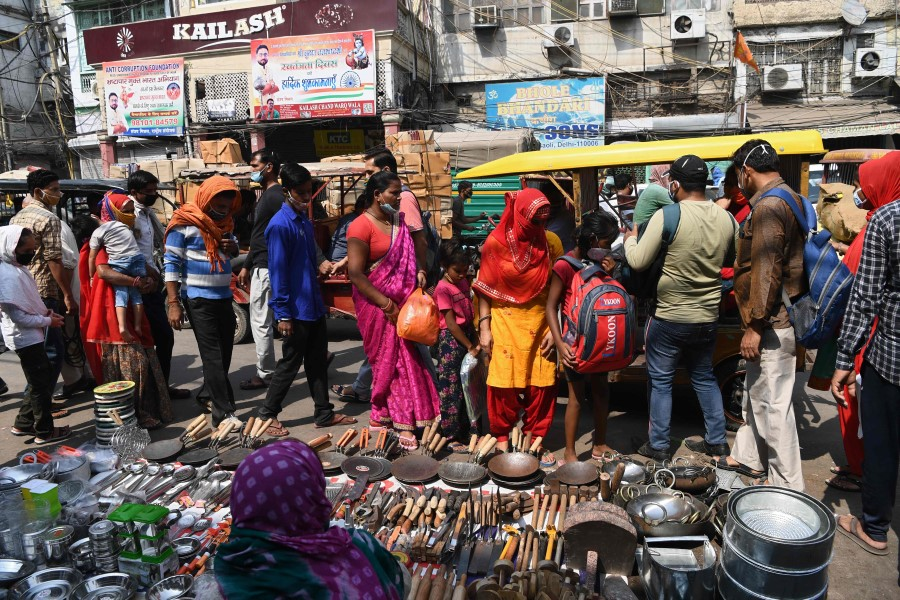 People wearing facemasks as a preventive measure against the Covid-19 coronavirus crowd in a market area in the old quarters of New Delhi on 11 October 2020. (Photo by Sajjad HUSSAIN / AFP)