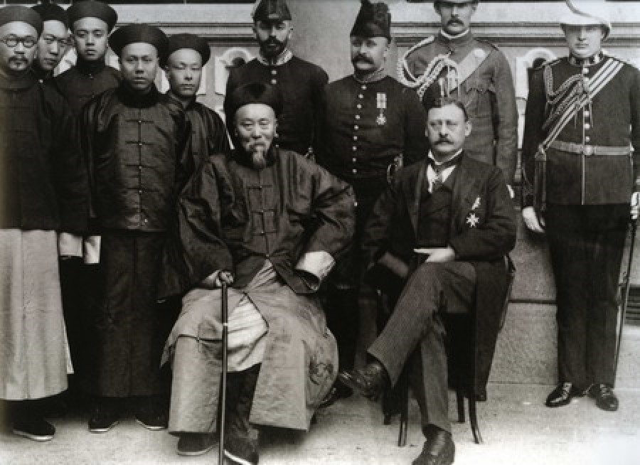 Li Hongzhang (L) and Henry Arthur Blake at the opening ceremony of the Kowloon-Guangzhou railway service, July 1900. (Wikimedia)