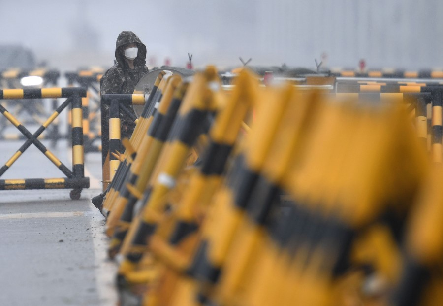 A South Korean soldier stands at a checkpoint on the Tongil bridge, the road leading to North Korea's Kaesong joint industrial complex, in the border city of Paju on 24 June 2020. (Jung Yeon-je/AFP)