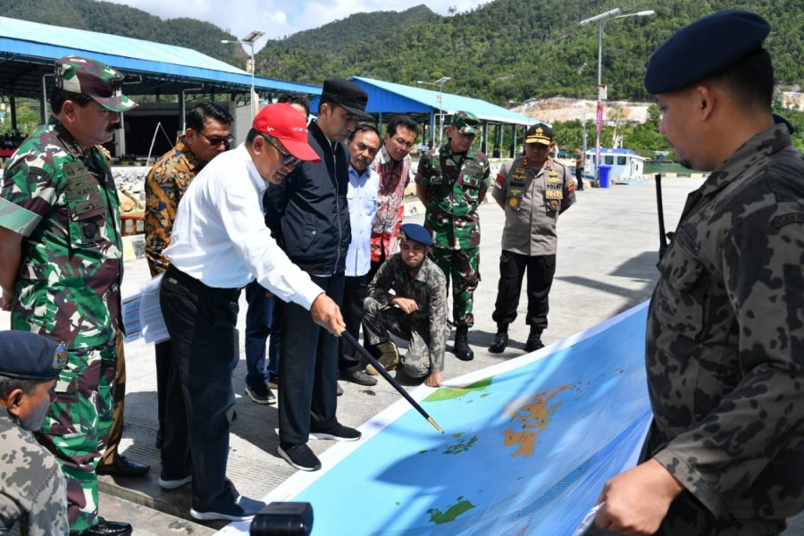 President Jokowi listens to explanation on Natuna Water map at Lampa Strait Integrated Maritime Affairs and Fisheries Center Natuna Regency, 8 January 2020.(Cabinet Secretariat of Indonesia website)