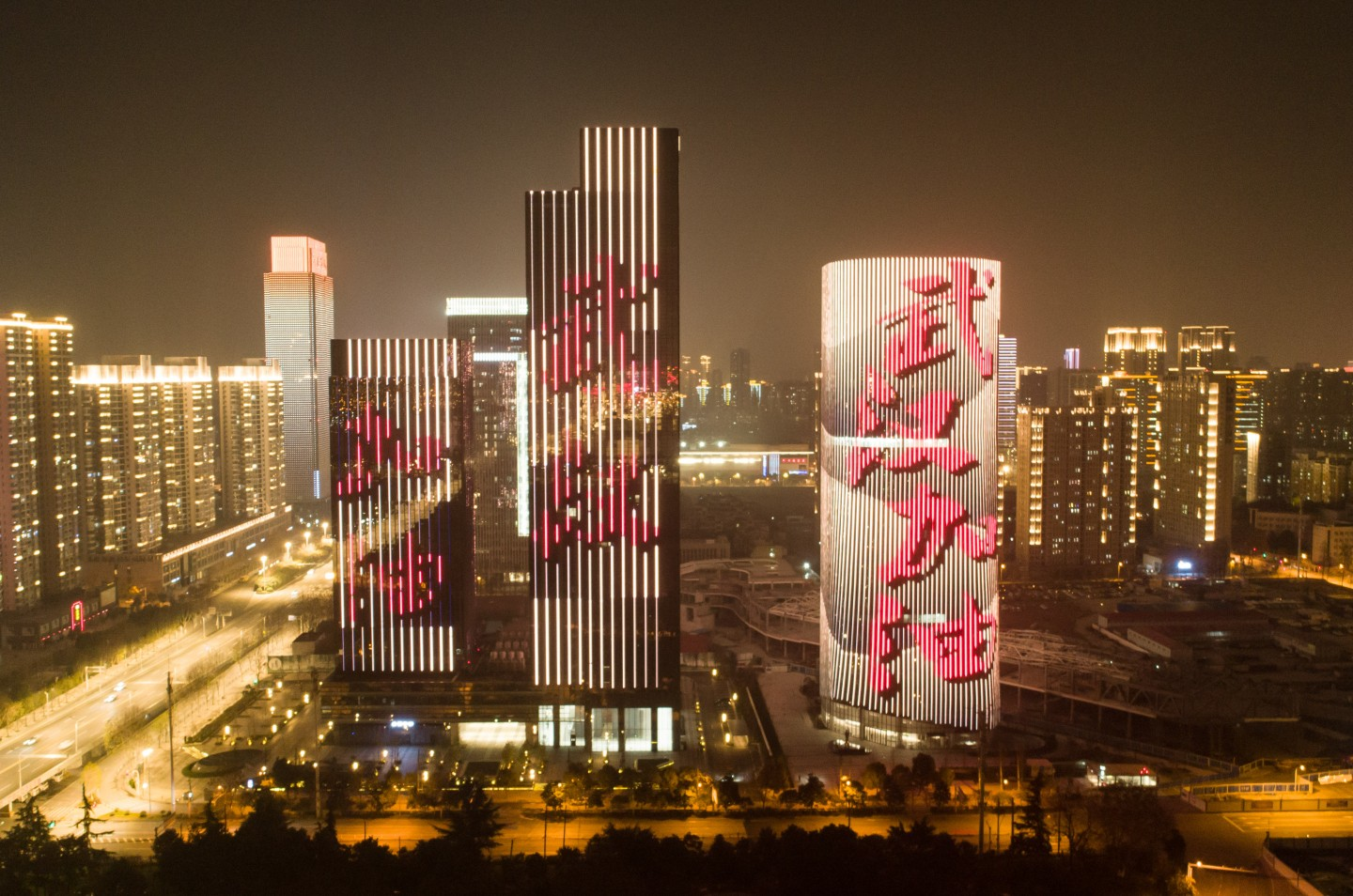 Wuhan skyscrapers are wrapped in motivational slogans to rally the people together in the fight against the 2019-nCoV. (Xinhua)