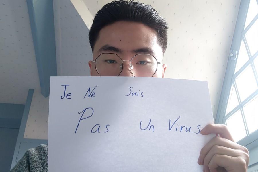 """A young man posted this photo, along with the text: """"Je suis Chinois, mais je ne suis pas un virus!! Je sais que tout le monde a peur au virus, mais pas de préjugé, svp. (I am Chinese, but I am not a virus! I know that everyone is afraid of the virus, but please do not pre-judge us.)"""" (@ChengwangL/Twitter)"""