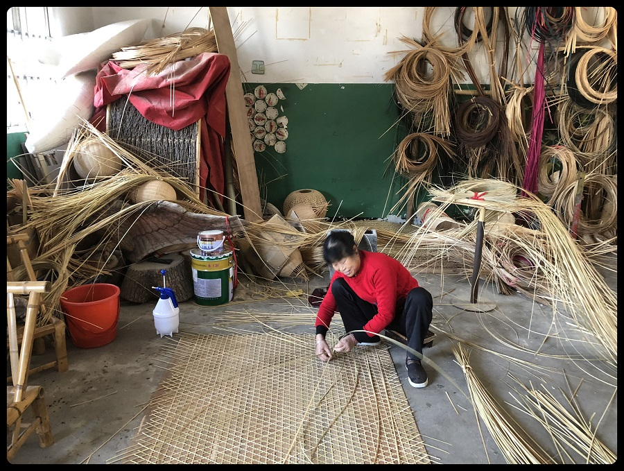 A local villager working in a bamboo workshop in Anji (安吉) preparing different weave patterns.