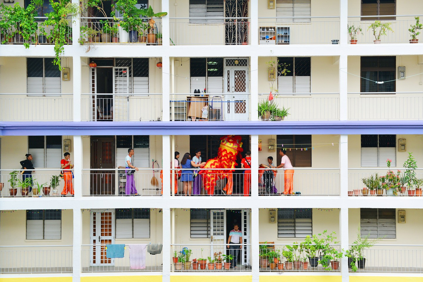 Overseas Chinese start to see themselves as Chinese overseas; their national identity is no longer tied to China, but to their naturalised countries. This photo shows a lion dance troupe performing at an HDB block during Chinese New Year. It demonstrates a uniquely Singaporean Chinese identity. (Photo: Hang Loo Ming)