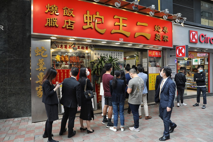 In this photo taken on 19 March 2020, customers flock to Se Wong Yee before it closes at the end of April. (CNS)
