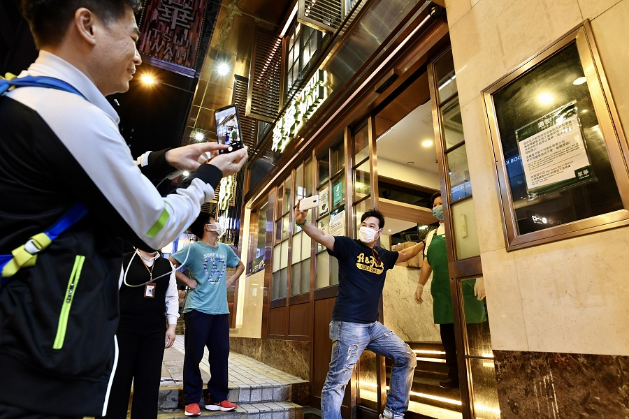 In this photo taken on 22 March 2020, the Tsui Wah flagship store at Wellington Street will be closing at 5pm. Loyal customers came to take photographs before this time-honoured restaurant suspends operations for the first time. (HKCNA/CNS)