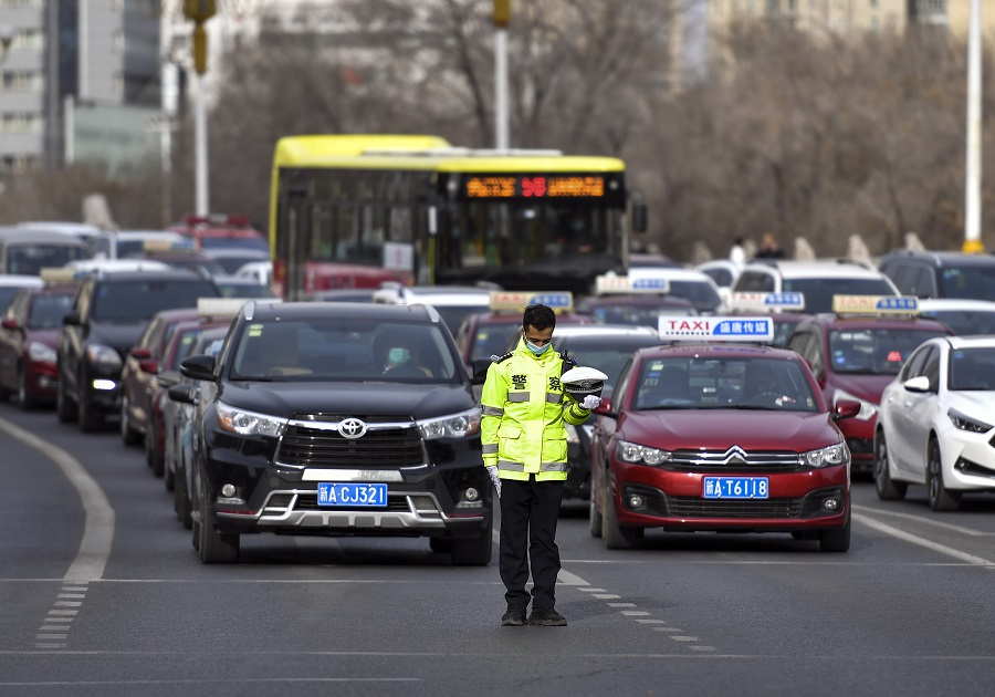 On 4 April at 10am, traffic halted in Ürümqi and a traffic police removed his cap to observe a moment of silence. (CNS)