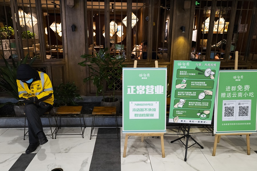 In this photo taken on 20 April, a restaurant in Beijing operates as per normal but put up signs informing diners that they are temporarily not allowed to gather and eat together in big groups. (CNS)