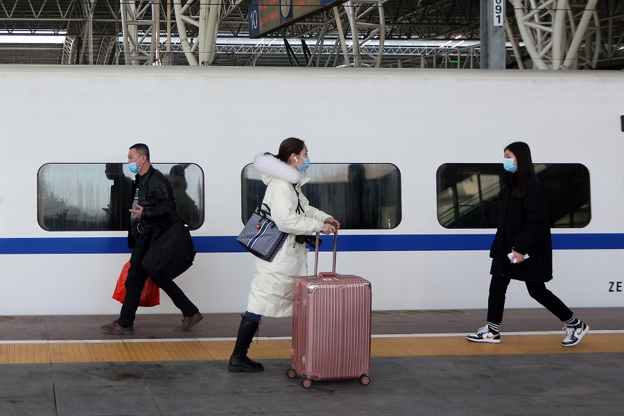 In this photo taken on 20 January 2021, commuters are seen at the Nanjing Railway Station, Jiangsu province, China. (CNS)