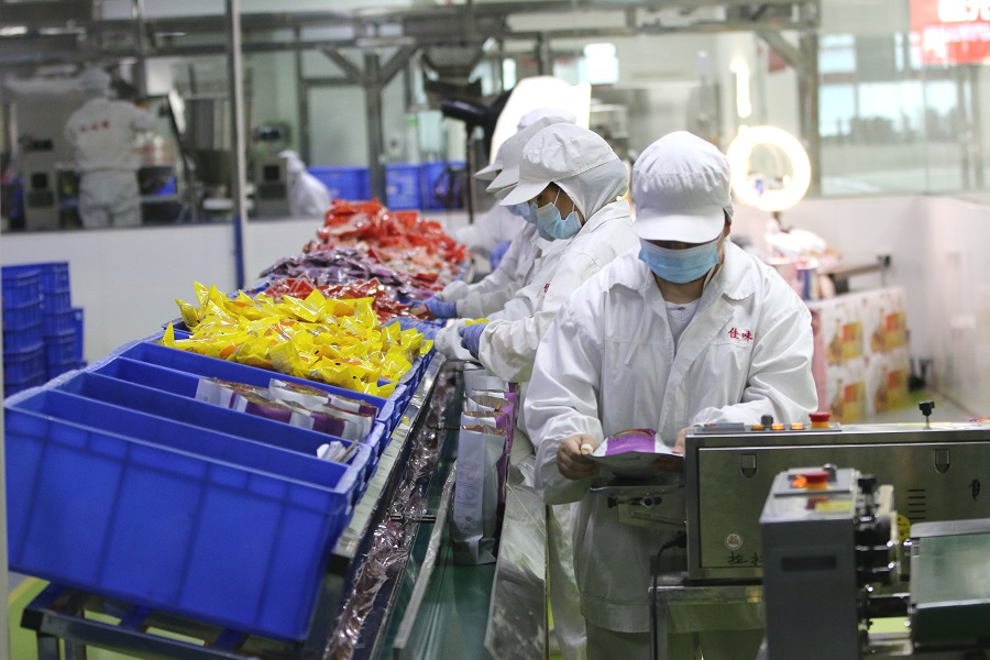 Workers package luosifen in a luosifen factory in Liuzhou, Guangxi, China, 27 April 2021. (CNS)