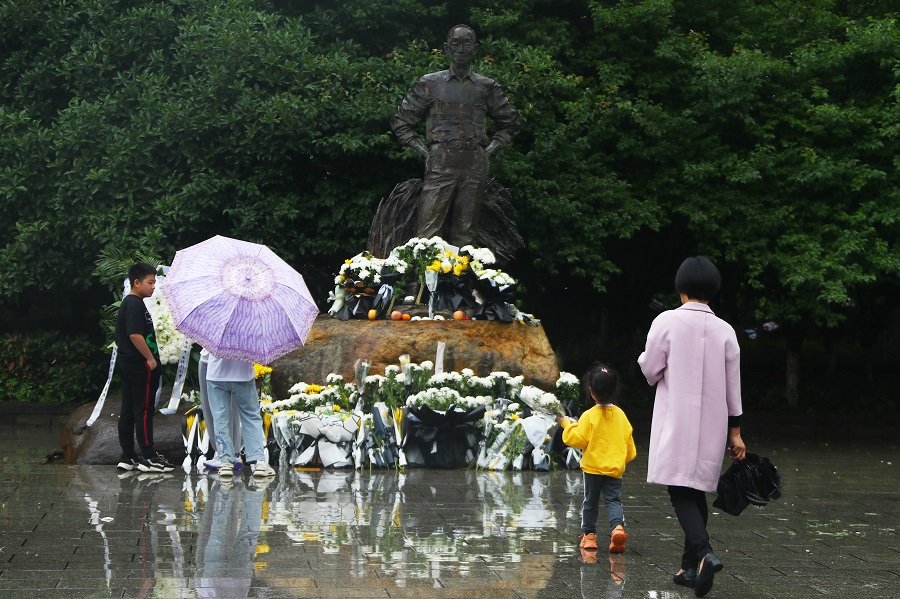 People pay their respects in front of a statue of Yuan Longping in Jiangsi, China, 23 May 2021. (CNS)