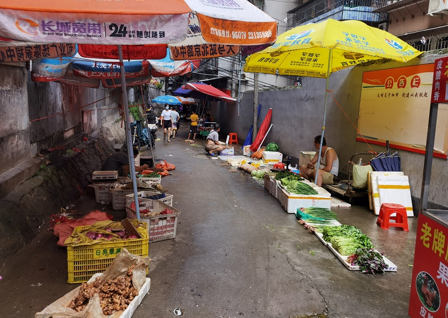 Vendors sell vegetables at street stalls, in Guangzhou's Xiaobei neighbourhood, Guangdong province, China, 17 June 2020. (David Kirton/Reuters)