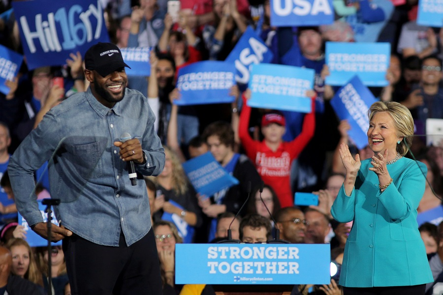 NBA basketball player LeBron James introduces US Democratic presidential nominee Hillary Clinton during a campaign rally in Cleveland, Ohio, US, 6 November 2016. (Carlos Barria/File Photo/Reuters)