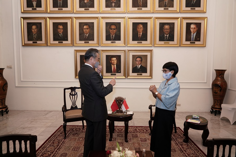 Chinese Foreign Minister Wang Yi talks with Indonesia's Foreign Minister Retno Marsudi during their meeting in Jakarta, Indonesia, 13 January 2021. (Indonesia's Ministry of Foreign Affairs/Handout via Reuters)