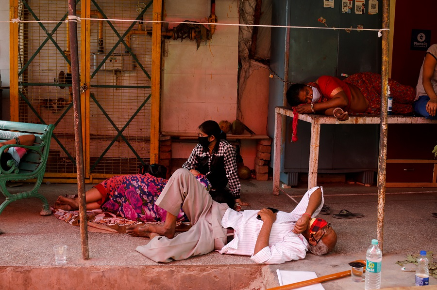 People with breathing problems due to the Covid-19 coronavirus wait to receive oxygen support for free at a Gurudwara (Sikh temple) in Ghaziabad, India, 27 April 2021. (Adnan Abidi/Reuters)