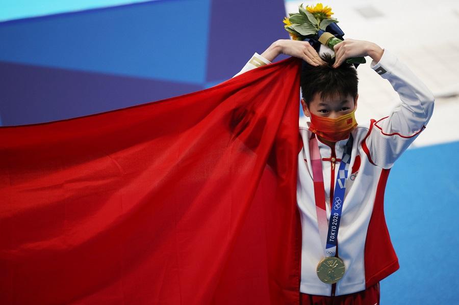 Gold medalist Quan Hongchan of China gestures at the medal ceremony, Tokyo Aquatics Centre, Tokyo, Japan, 5 August 2021. (Molly Darlington/Reuters)