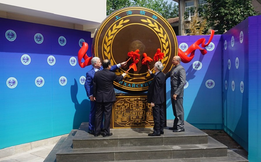 The ceremony of raising the state flags of the two new SCO member states, the Republic of India and the Islamic Republic of Pakistan. (SCO website)