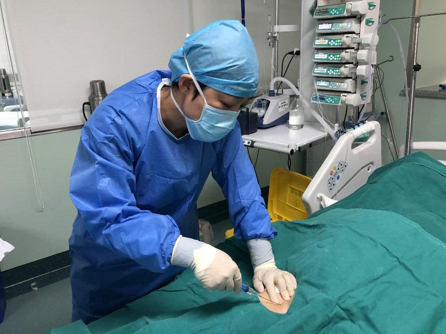 Dr Li Yan attending to a patient.