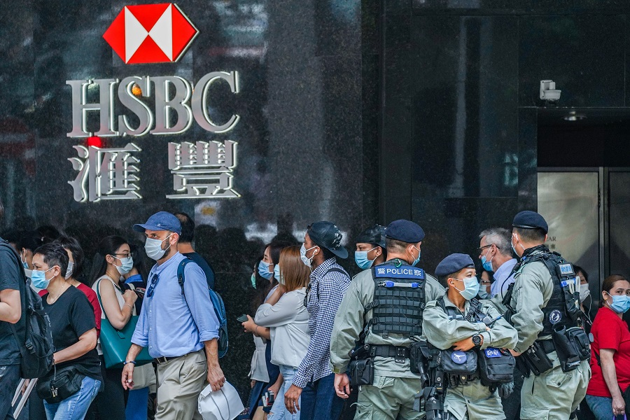 Riot police stand guard in front of an HSBC Holdings plc bank branch in the Central district ahead of an anticipated lunchtime protest in Hong Kong, China, on 29 May 2020. (Lam Yik/Bloomberg)