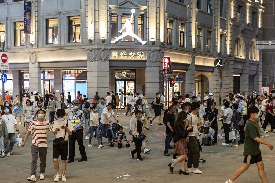 Shoppers and pedestrians walk along Nanjing Road in Shanghai, China, on 6 June 2021. (Qilai Shen/Bloomberg)