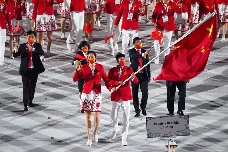Flag bearers Zhu Ting and Zhao Shuai of Team China lead their delegation during the opening ceremony of the Tokyo 2020 Olympic Games at the National Stadium in Tokyo, Japan, on 23 July 2021. (Noriko Hayashi/Bloomberg)