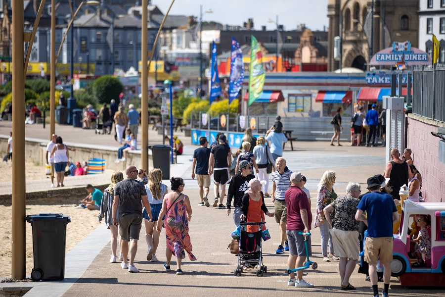 Holidaymakers walk along the seafront in Great Yarmouth, UK, on 4 August 2021. (Jason Alden/Bloomberg)