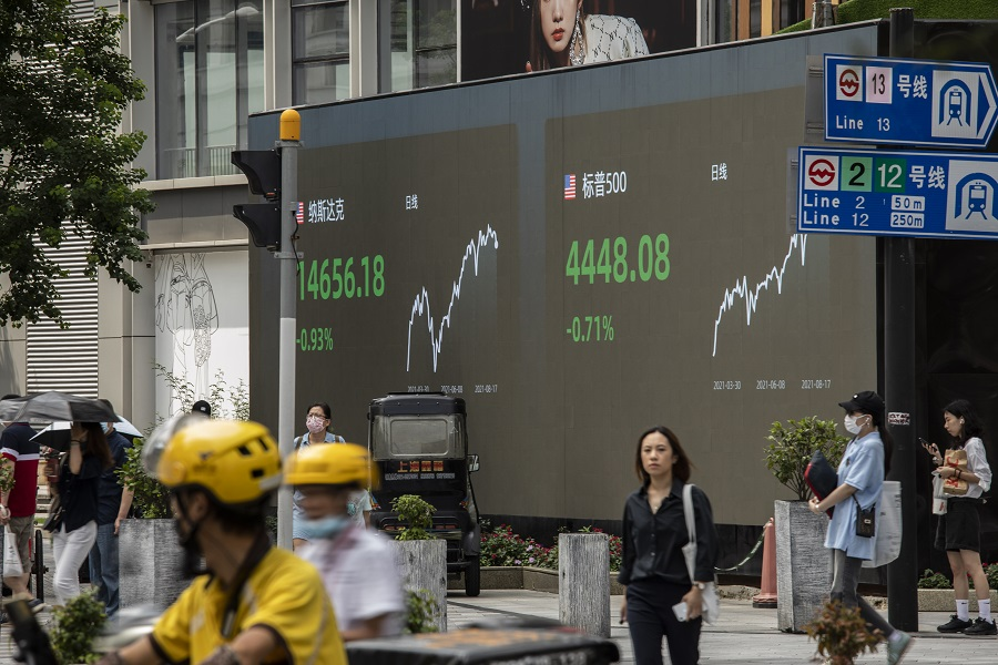 A public screen displays the Nasdaq and S&P 500 figures in Shanghai, China, 18 August 2021. (Qilai Shen/Bloomberg)