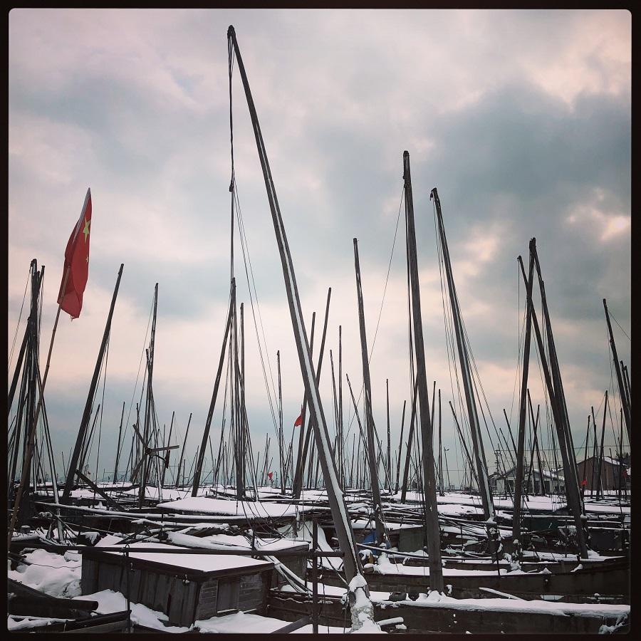 Abandoned fishing boats on Lake Taihu (太湖) in Jiangsu, now make homes for former fishing crews and others.