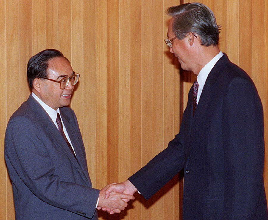 China's Communist Party propaganda chief Ding Guangen paying a courtesy call on Prime Minister Goh Chok Tong at the Istana.