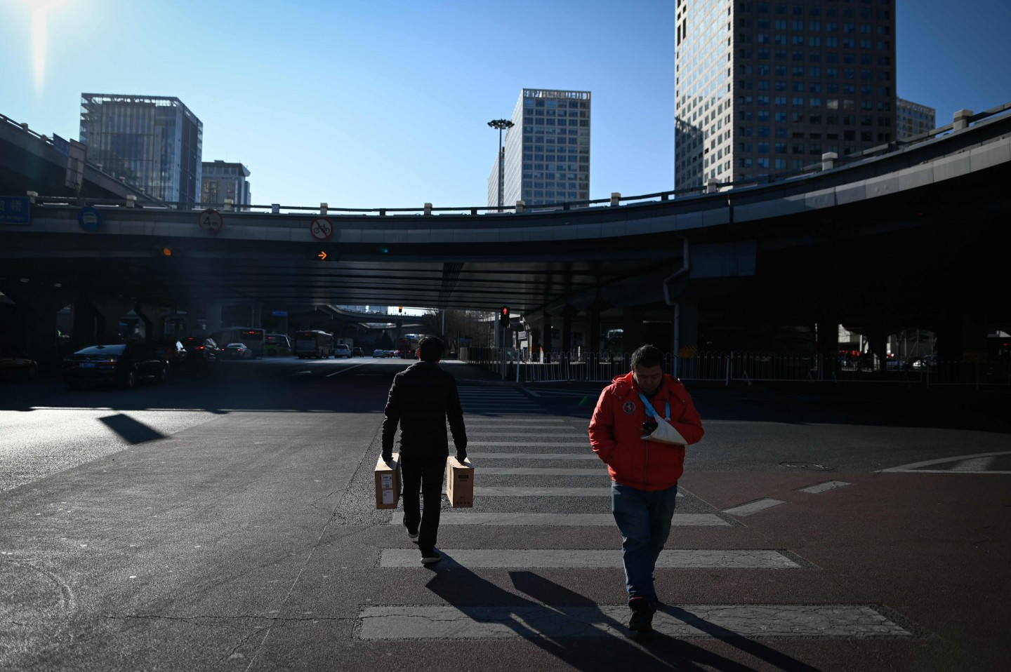 A serious implementation of the agreement will bring forth huge benefits for China and deepen China's reform and opening up. The photo shows pedestrians crossing a street at a Central Business District in Beijing on 14 January 2020. (Wang Zhao/AFP)