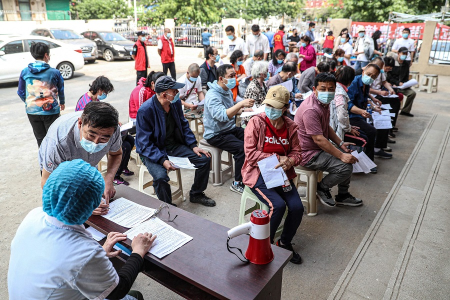 Residents prepare to receive the Anhui Zhifei Longcom Covid-19 coronavirus vaccine in Shenyang, Liaoning province, China, on 21 May 2021. (STR/AFP)