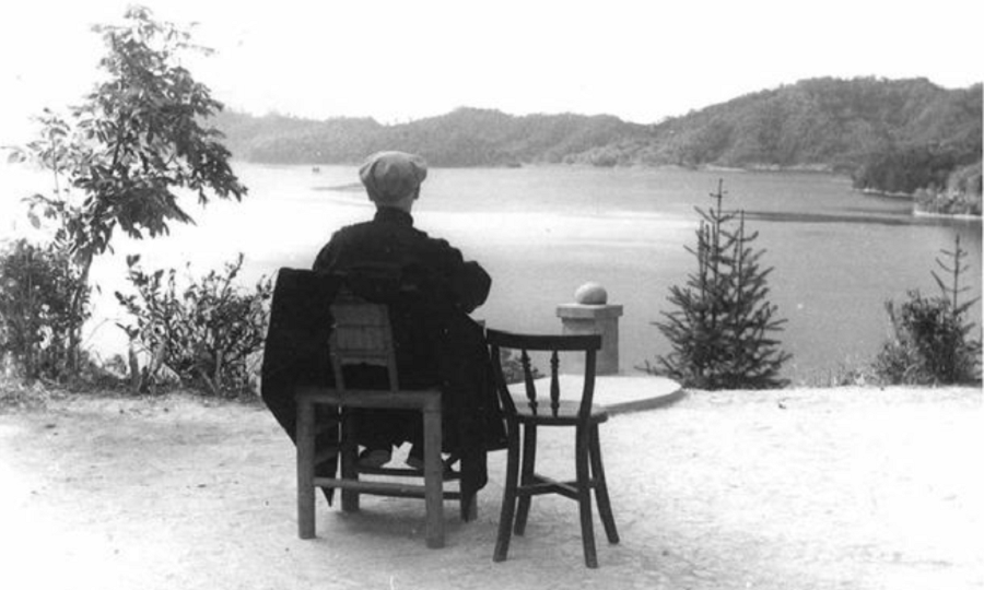Chiang Kai-shek enjoying the scenery of Sun Moon Lake. (Internet)