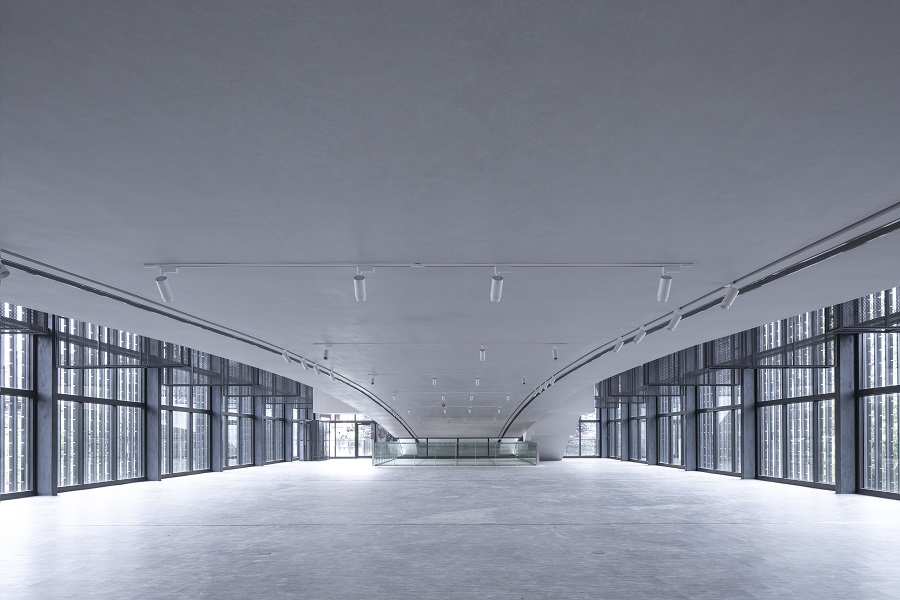 FCJZ 07 - 2019 吉首美术馆 Jishou Art Museum - 大展厅内混凝土拱桥下方 Great Exhibition Hall under the concrete bridge - Photo by Tian Fangfang