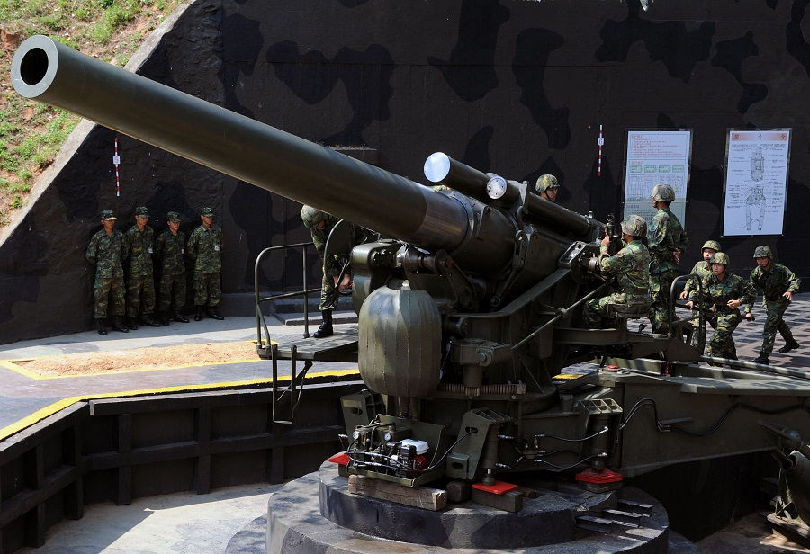 This file photo taken on 22 August 2011 shows Taiwanese soldiers operating a US-made 240mm howitzer during a drill at a military base on Taiwan's Kinmen Islands. (Sam Yeh/AFP)