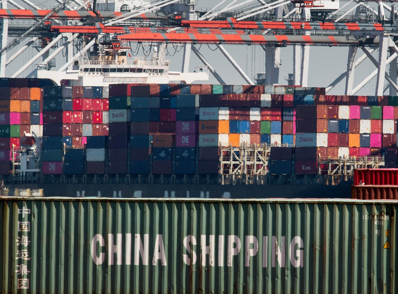 The US did not completely remove tariffs imposed on Chinese products. This photo shows shipping containers from China and other Asian countries unloaded at the Port of Los Angeles. (Mark Ralston/AFP)