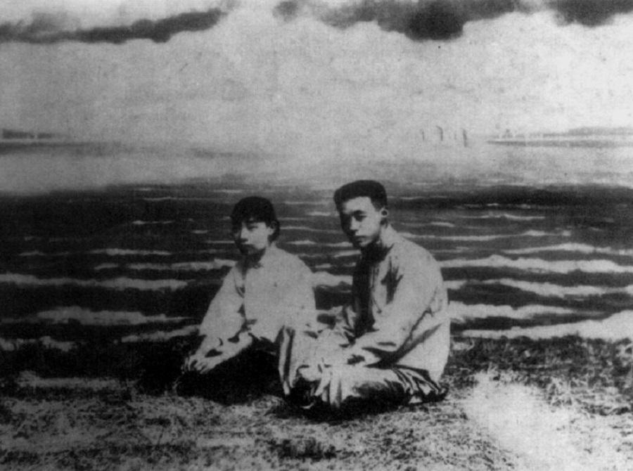 Gu Jiegang and his wife Yin Lu'an in Suzhou, 1920. (Wikimedia)