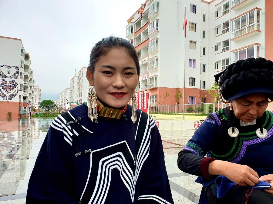 He Jianxiu (left).