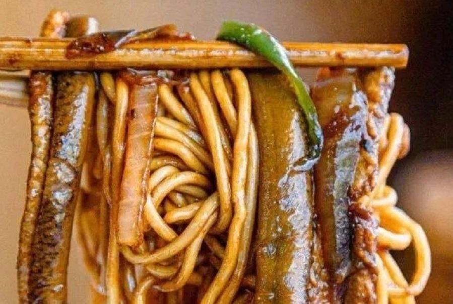 Delicious dry eel noodles.