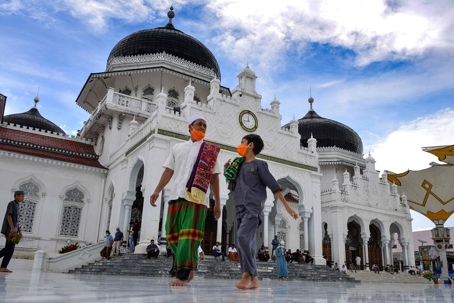 People leave the Baiturrahman grand mosque after taking part in the second Friday prayers during the Islamic holy month of Ramadan in Banda Aceh on 1 May 2020. (Chaideer Mahyuddin/AFP)