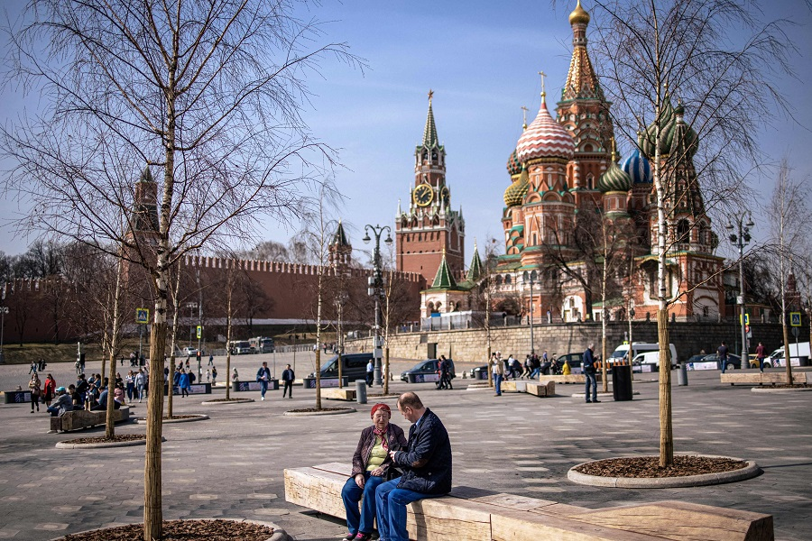 People enjoy a warm spring day at the Zaryadye Park near the Kremlin in Moscow, Russia, 13 April 2021. (Dimitar Dilkoff/AFP)